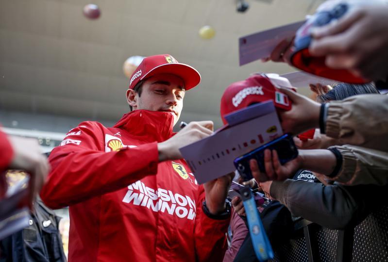 Bagno di folla a Shanghai per i piloti di F1 alla vigilia del GP di Cina. Ma tra tante richieste di selfie, ecco quello di Hamilton con Vettel.