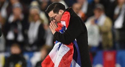 Leicester, tifoso invade il campo per abbracciare il figlio di Vichai: bandito tre mesi dallo stadio
