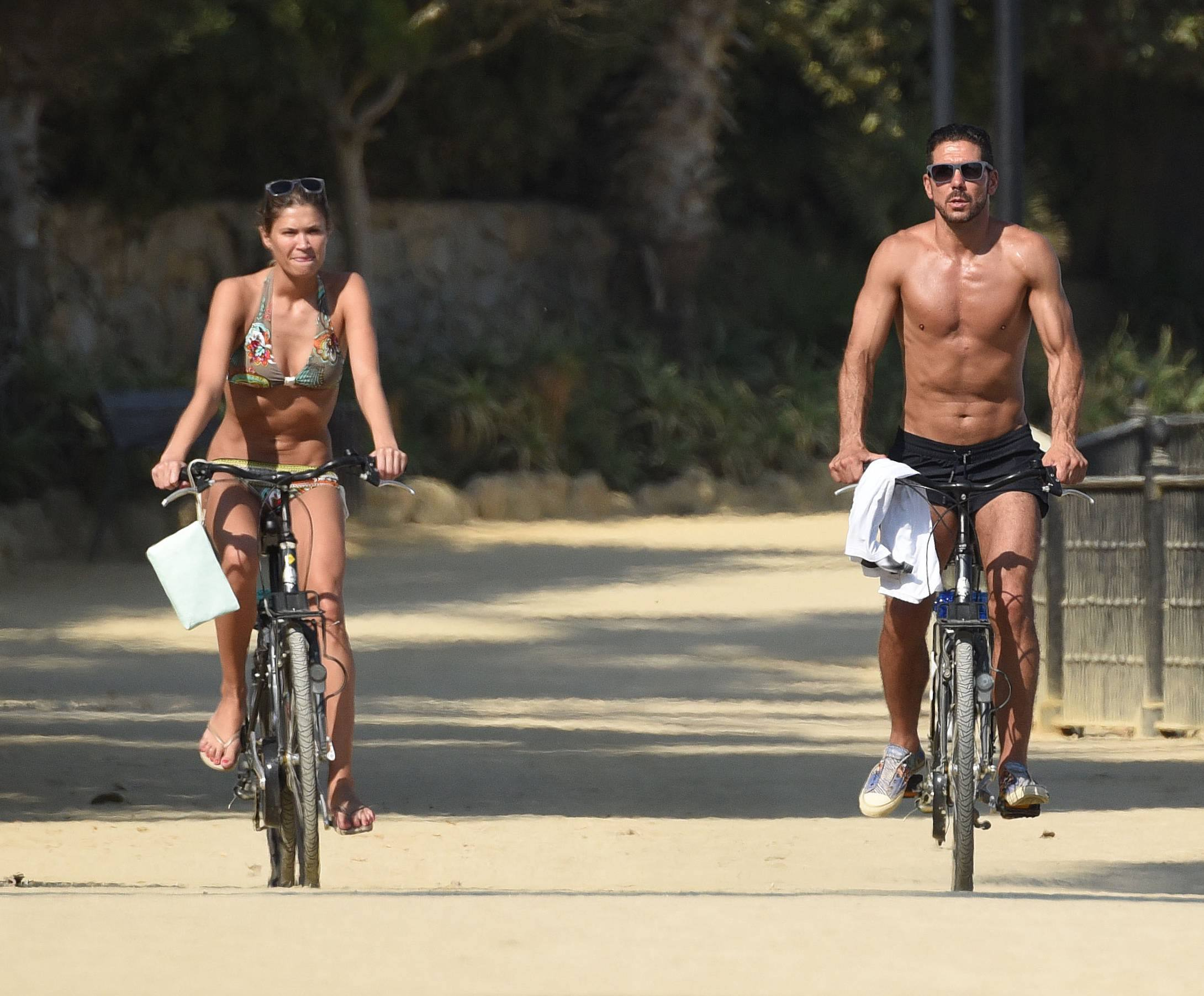 Il tecnico dell'Atletico Madrid, in vacanza a Marbella con la fidanzata Carla Pereyra, si tiene in forma con la bicicletta e dimostra di non avere un filo di grasso: sembra ancora un calciatore!<br /><br />