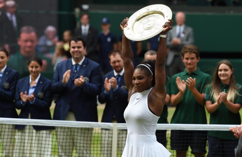 Wimbledon è ai piedi di Serena Williams. La campionessa americana batte 7-5, 6-3 in finale la tedesca Angelique Kerber e diventa la regina dell'erba londinese per la settima volta in carriera. Per lei si tratta del 22esimo trionfo in uno Slam: eguagliata Steffi Graf al secondo posto della classifica di tutti i tempi. Per Serena si tratta anche di una rivincita: a gennaio era stata battuta dalla tedesca nella finale degli Australian Open.
