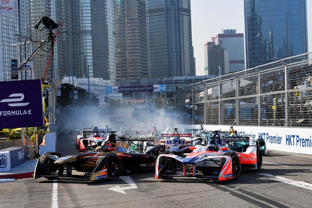 In attesa dell'E-Prix di Marrakech - in diretta su Italia1 sabato 13 gennaio alle 16:30 - riviviamo le emozioni dei primi due round della stagione di Formula E. Le foto più belle dei piloti e delle monoposto elettriche impegnati nelle strettissime vie di Hong Kong...<br /><br />