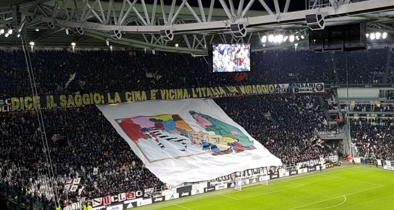 Le tre stelle, il triplete, la Serie B e lo scudetto di cartone. Sono solo alcuni dei ritornelli tipici della rivalit&agrave; tra Inter e Juventus che, nel corso degli anni, sono stati portati sugli spalti.&nbsp;Maxi-coreografie e mega sfott&ograve;.&nbsp;<br /><br />