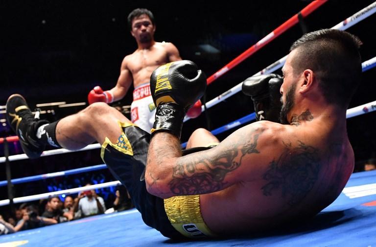 Lucas Matthysse cerca di rialzarsi dopo il colpo ricevuto da Manny Pacquiao (15 luglio)