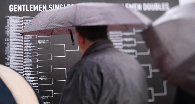 Ombrelli aperti agli Internazionali: non si gioca