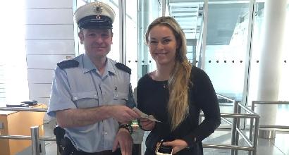 Lindsey Vonn parte senza passaporto grazie a un selfie con i poliziotti