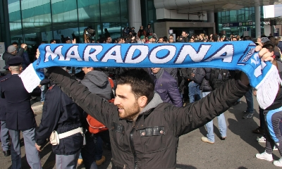 I tifosi aspettano Maradona, foto Ansa