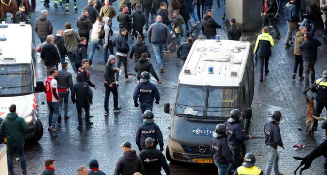 Ajax-Juve: fermati e poi rilasciati tifosi bianconeri con manganelli e coltelli. Scontri tra tifosi Ajax e polizia<br />