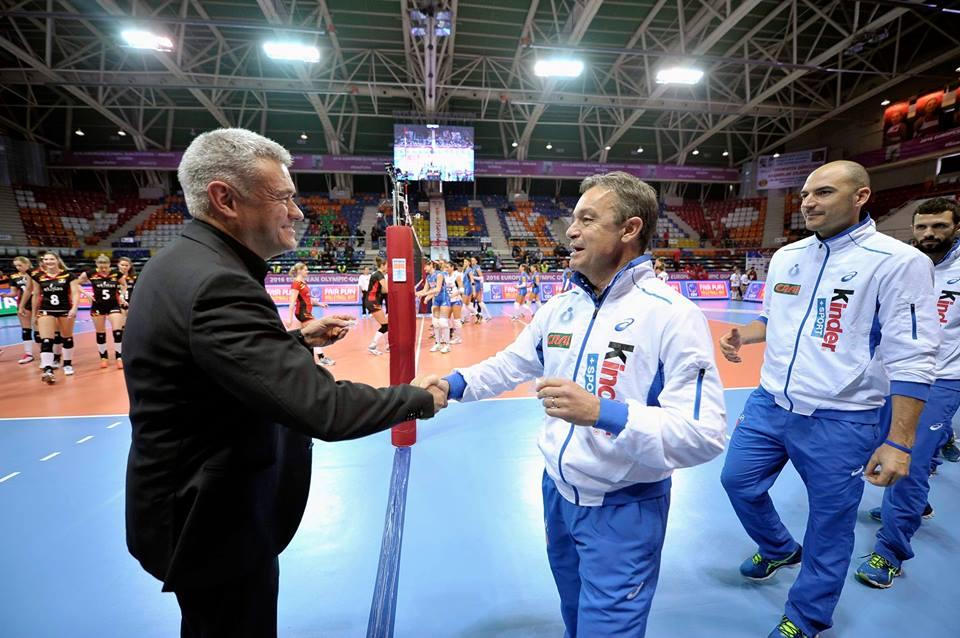 L<strong>'Italvolley</strong> non si arrende e continua a sognare <strong>Rio 2016</strong>. Le azzurre di Bonitta si impongo al <strong>tie-break sul Belgio</strong> (16-25, 25-23, 22-25, 25-17, 17-15) nella seconda giornata del Preolimpico di Ankara e rimangono in corsa per un pass alle prossime Olimpiadi. Ora serve una vittoria piena contro la Polonia per raggiungere l'obiettivo.<br /><br />Foto: pagina Facebook Federazione Italiana Pallavolo<br /><br />