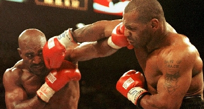 Holyfield sul ring con Tyson, foto Afp