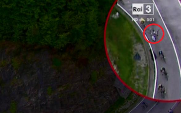 Brutta caduta in discesa per il corridore italiano dell'Ag2r la Mondiale