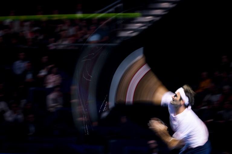 Roger Federer batte nel match contro il francese Simon, torneo Swiss Indoors ATP 500 (26 ottobre)