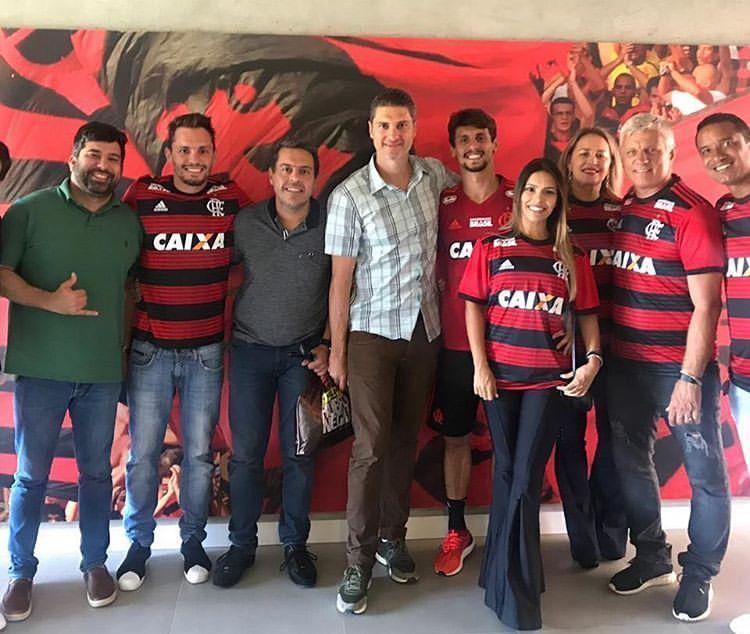 Rodrigo Caio, foto di famiglia dopo la firma col Flamengo