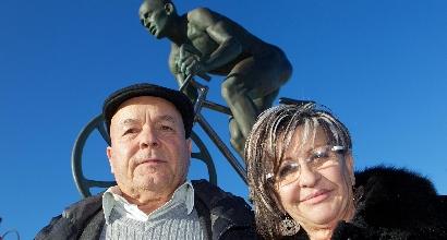 Tonina e Paolo davanti alla statua di Pantani a Cesenatico, foto Ansa