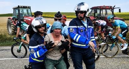 Tour, i contadini bloccano la corsa: la polizia usa lacrimogeni e spray al peperoncino
