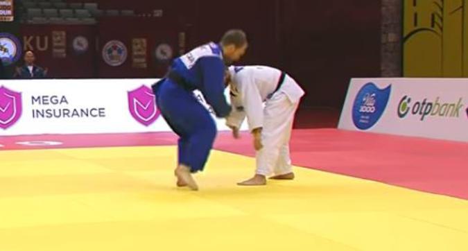 Combatte sul tatami, ma dal kimono esce lo... smartphone: judoka squalificato