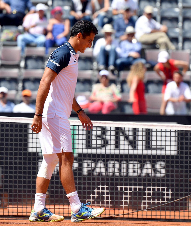 Rafael Nadal si qualifica agli ottavi di finale degli Internazionali d'Italia di tennis, in corso di svolgimento sui campi di terra rossa del Foro Italico di Roma. Dura solo 25 minuti la gara d'esordio del mancino di Manacor contro il connazionale spagnolo Nicolas Almagro, costretto al ritiro (sul 3-0 per Rafa) a causa di un infortunio al ginocchio sinistro. Per Nadal si tratta della 50esima vittoria in carriera nella Capitale.