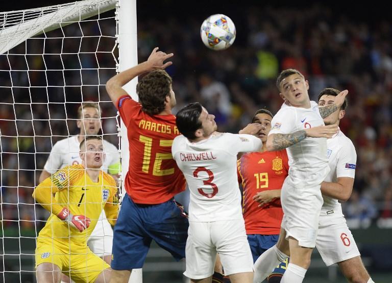 Una grande Inghilterra vince in casa della Spagna nella terza giornata del Gruppo A4 di Nations League. A Siviglia finisce 3-2 per i Tre Leoni, che blindano i tre punti grazie a uno straordinario primo tempo. Sterling sblocca il risultato al 16' al termine di una bella azione corale, poi Rashford raddoppia al 30'. Il tris, al 38', porta la firma ancora di Sterling. Nella ripresa Alcacer accorcia al 58' prima del colpo di testa di Ramos al 97'.