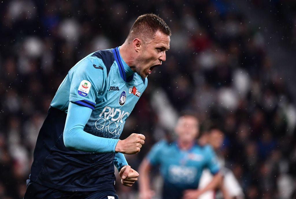 Il Napoli si è mosso per Josip Ilicic, uomo in più dell'Atalanta in questa stagione straordinaria. Giuntoli e l'entourage del giocatore avrebbero già raggiunto un'intesa per un triennale da 2,2 milioni di euro a stagione. Manca solo il via libera dell'Atalanta che chiede almeno 20 milioni per lo sloveno, De Laurentiis ne offre 12, l'Inter è alla finestra.