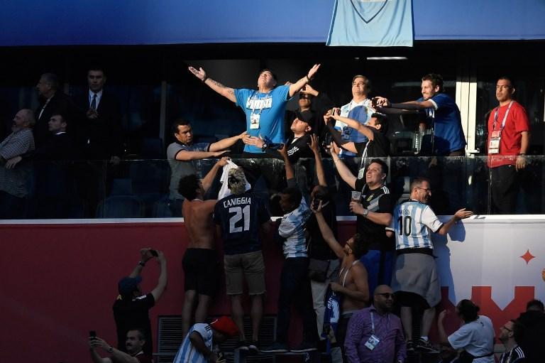 Diego Armando Maradona in tribuna prima di Nigeria-Argentina, gruppo C dei Mondiali di calcio (26 giugno)
