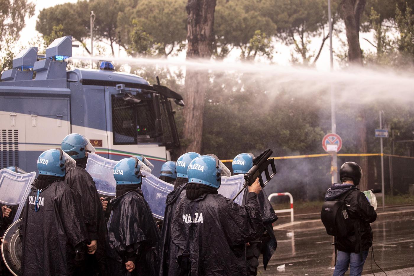 Le immagini dello scontro tra ultras della Lazio e Polizia fuori dall'Olimpico