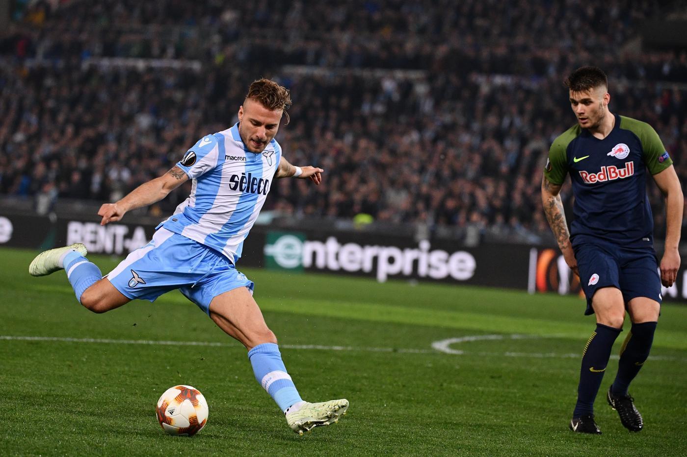 Nell'andata dei quarti d'Europa League, una grande Lazio cala il poker sul Salisburgo e si avvicina alla semifinale. All'Olimpico finisce 4-2 per i biancocelesti, che sbloccano la gara all'8' con Lulic ma poi subiscono il pari di Berisha al 30' (rigore). Parolo trova il nuovo vantaggio di tacco (49') prima del 2-2 di Minamino (71'), ma la squadra di Inzaghi reagisce con forza e chiude i conti con F. Anderson (74') e Immobile (76').