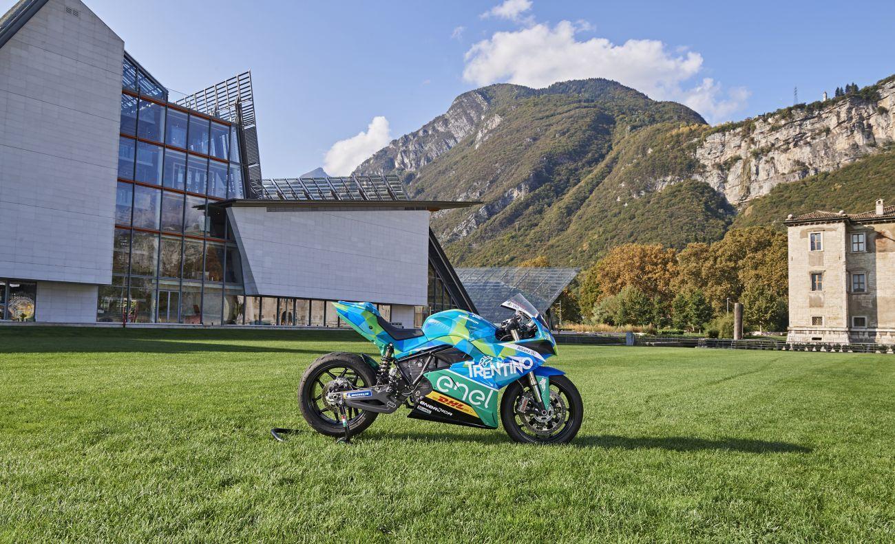L'era della MotoE sta prendendo vita e a Trento è iniziata l'avventura del team di Fausto Gresini nel nuovo campionato riservato alle moto elettriche, che nel 2019 si unirà al Motomondiale. E' stata presentata la squadra che ha in Matteo Ferrari il suo primo pilota, in attesa di annunciare la seconda guida. Il calendario prevede 5 tappe europee che coincideranno con la MotoGP (Jerez de la Frontera – 5 maggio/Le Mans – 19 maggio/Sachsenring – 7 luglio/Spielberg – 11 agosto/Misano – 15 settembre) e il primo shakedown a Jerez de la Frontera in programma dal 23 al 25 novembre.