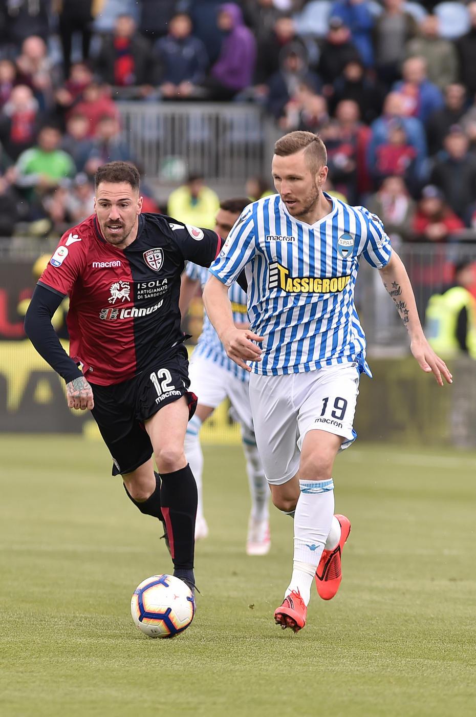 Il Cagliari batte 2-1 la Spal e vede la salvezza vicina.