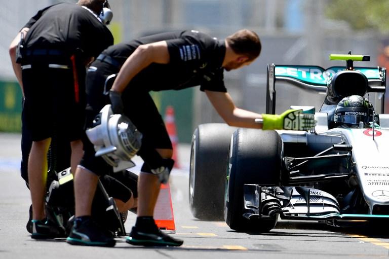 """Dopo aver dominato le libere, Hamilton ha regalato la pole del GP d'Europa di F1 a Nico Rosberg. L'inglese è andato a muro nel Q3 e partirà decimo, mentre il compagno della Mercedes è stato il più veloce in 1'42""""758. Buone notizie per la Ferrari: Vettel è terzo e Raikkonen quarto grazie alle 5 posizioni in meno inflitte a Perez, inizialmente in prima fila, per aver sostituito il cambio. Davanti alla rosse, però, si è infilato Ricciardo (Red Bull).<br /><br />"""