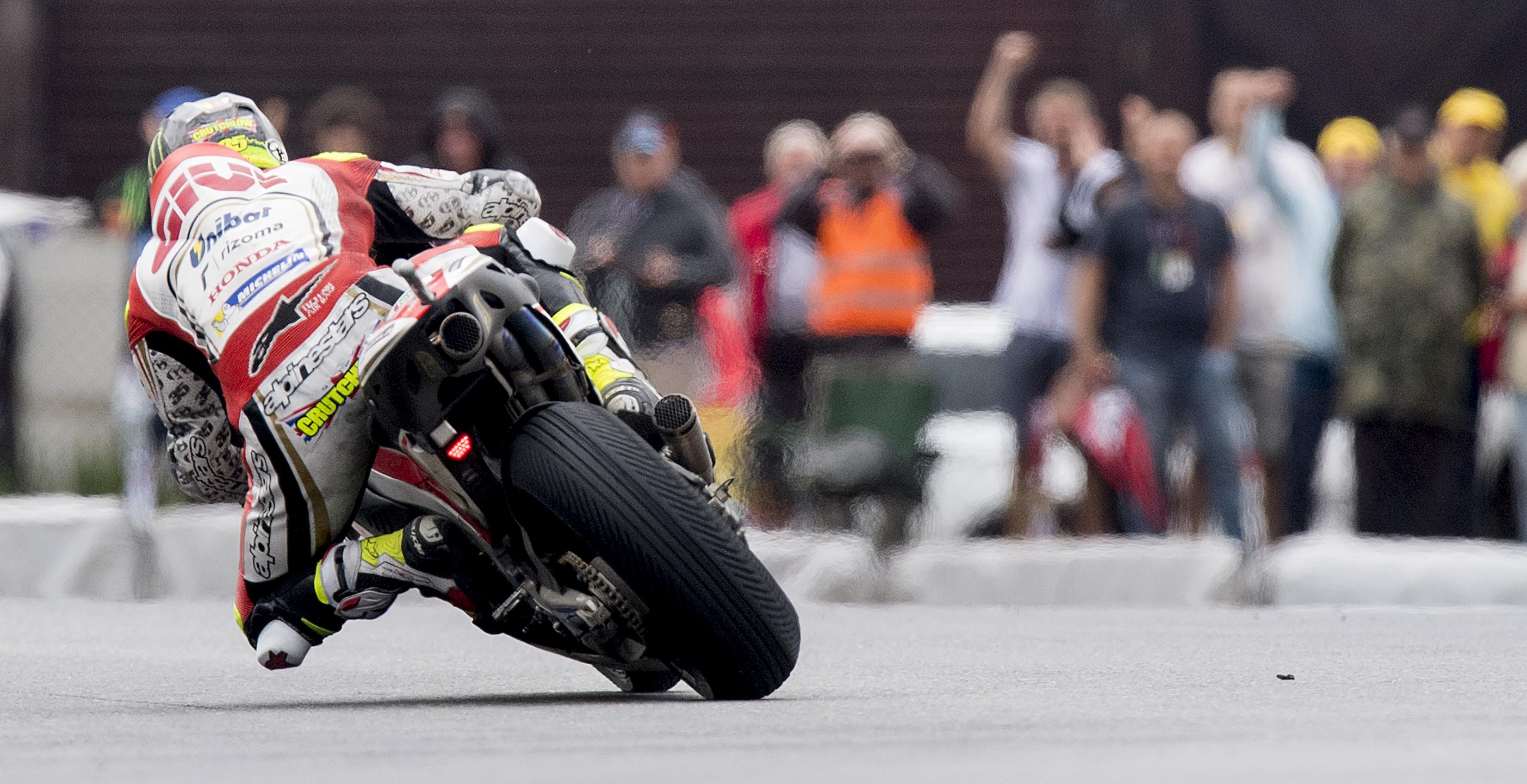 Brno e la pioggia regalano un'altra prima volta: Cal Crutchlow vince la sua prima gara in carriera. Il pilota della Honda sale sul più alto gradino del podio battendo Valentino Rossi e Marc Marquez.