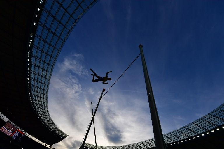 Armand Duplantis al salto con l'asta durante i Campionati Europei di Atletica a Berlino (12 agosto)
