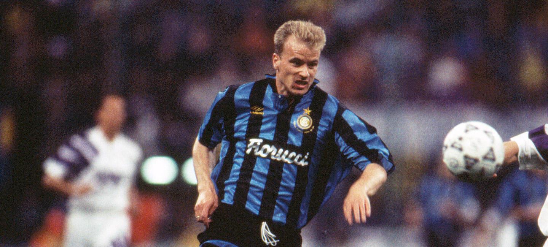 Dennis Bergkamp, 1993: nel giorno in cui i giornali annunciano il suo accordo con la Juve, l'olandese firma con l'Inter