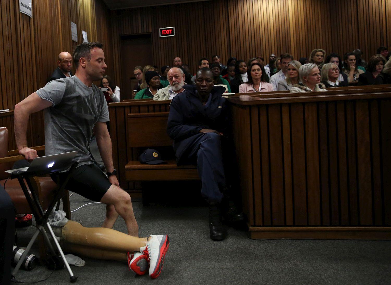 Pistorius, via le protesi in aula