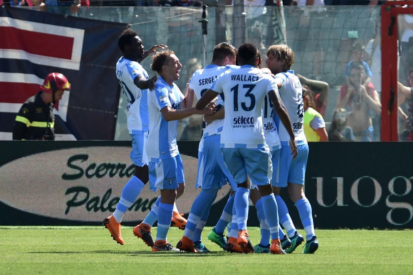 Tutto rinviato per la corsa Champions, che si deciderà settimana prossima nell'ultima gara di campionato tra Lazio e Inter. I biancocelesti infatti sprecano il match point a Crotone, dove pareggiano 2-2: Lulic sblocca la partita su rigore (17'), ma gli uomini di Zenga rispondono con Simy (29') e Ceccherini (61'). Nel finale arriva l'inutile pari di Milinkovic (84'). Per i calabresi è un punto che serve poco: oggi sarebbero retrocessi.