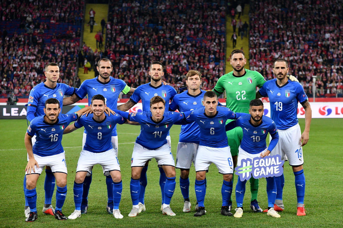 Nella terza partita di Nations League, una bella Italia batte con pieno merito la Polonia per 1-0 e la manda in Lega B. Splendido il primo tempo degli Azzurri che prendono 2 traverse (Jorginho e Insigne) e impegnano altre volte Szczesny con Jorginho, Chiellini e Florenzi. Nella ripresa la gara è più equilibrata e viene decisa al 92' da una zampata di Biraghi. Prossimo impegno il 17 novembre a Milano con il Portogallo.