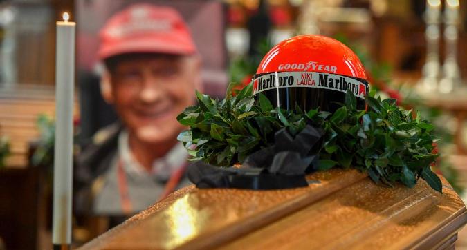 L'ultimo saluto a Niki Lauda: sepolto con la tuta Ferrari