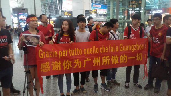 Tantissimi i tifosi del Guangzhou Evergrande accorsi all'aeroporto per salutare il tecnico esonerato la settimana scorsa, con la squadra in testa al campionato e ai quarti della Champions asiatica.
