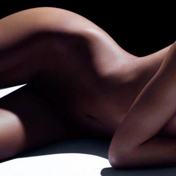 Irina Shayk si spoglia su Instagram, dove ha pubblicato uno   scatto di un suo nudo integrale tagliato in due. Le ombre   nascondono le parti più intime, ma le curve sexy rimangono in   evidenza...<br /><br />
