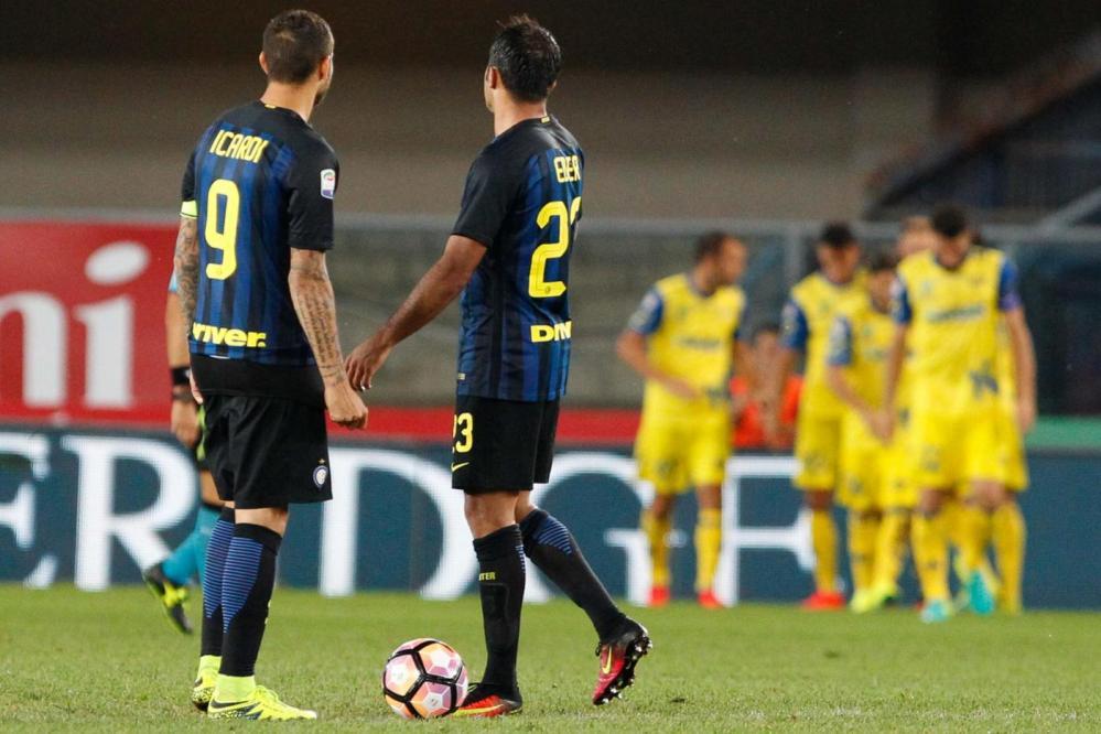 Stecca l'Inter alla prima in Serie A: De Boer debutta con una sconfitta sul campo del Chievo. 2-0 il risultato finale: a decidere il match la doppietta di Birsa, autore di due reti bellissime al 49' e all'80'. Prestazione incolore dei nerazzurri, mai davvero pericolosi e molto nervosi. Ha stupito il modulo scelto dall'olandese: l'Inter è scesa in campo con la difesa a 3. Solo nel finale il tentativo di rimonta, stoppato dalle parate di Sorrentino.