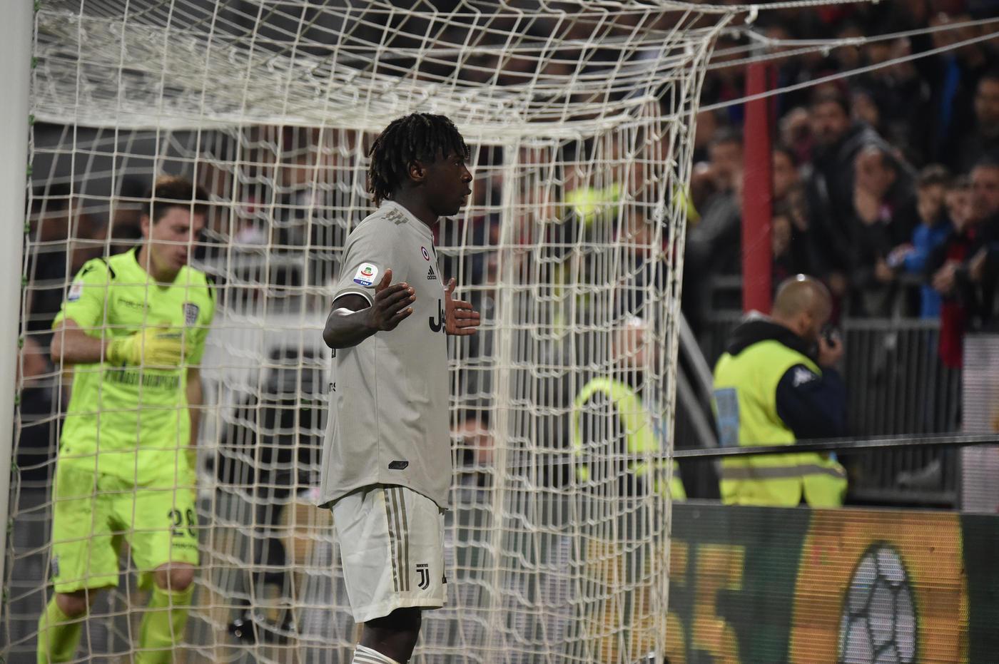 L'attaccante della Juve segna e festeggia davanti alla curva del Cagliari. Che reagisce nel peggiore dei modi...