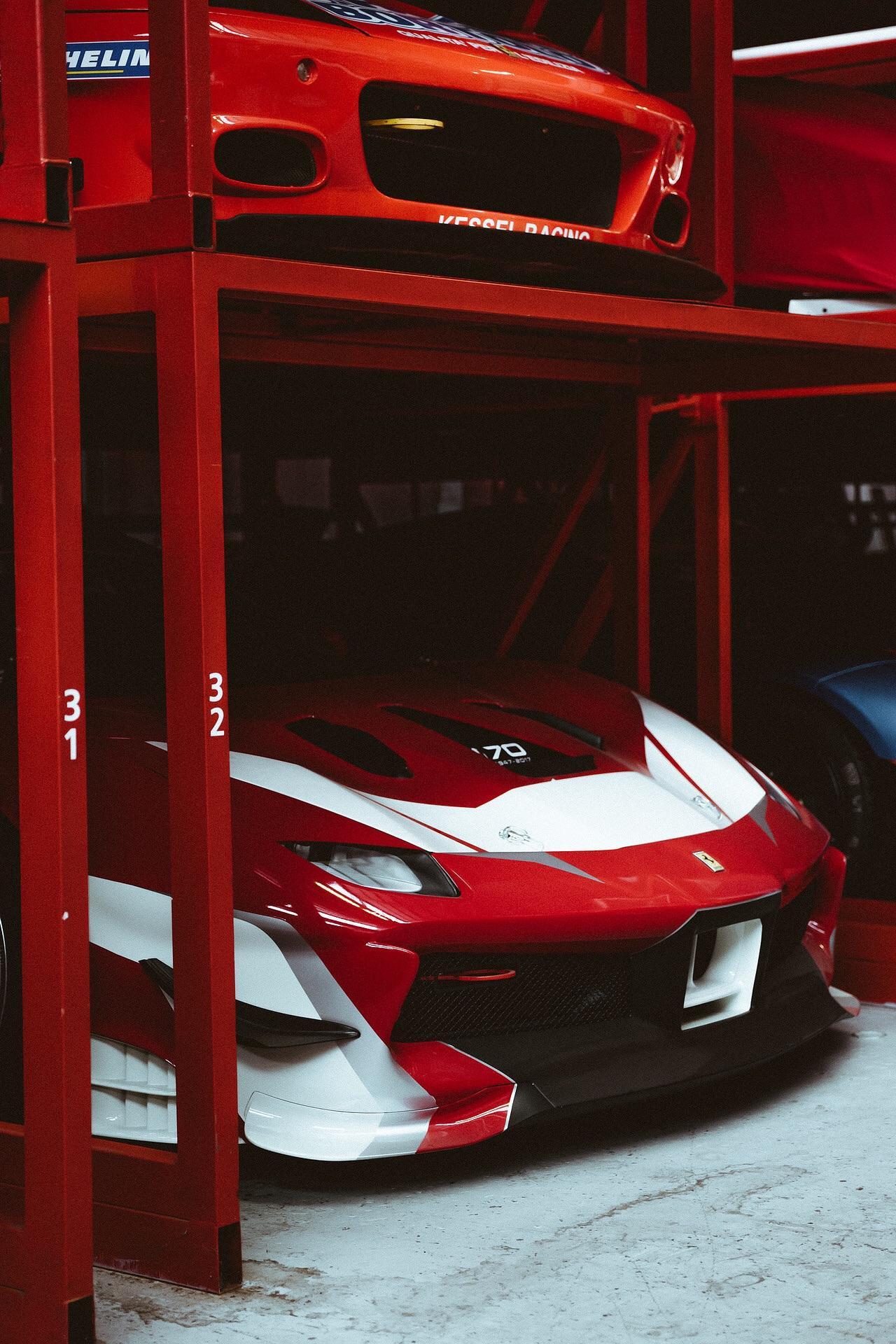 Sembra di stare a Maranello, il concessionario dall'anima racing è un parco giochi per gli appassionati di motori. Foto di Davide DeMartis