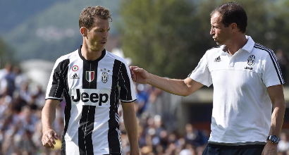 Juventus, quattro offerte per Lichtsteiner: la situazione