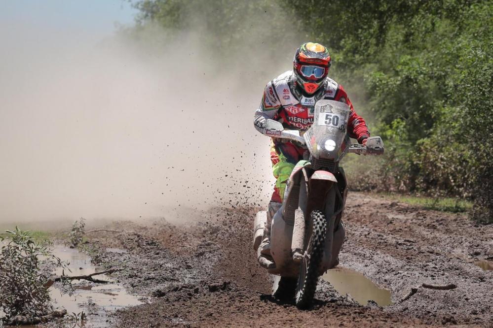 Il sassarese Luca Manca al 55esimo posto fra le moto nella seconda tappa della Dakar in sud America. L'atleta sardo sta prendendo confidenza con la difficile gara ed e' ora alla 54esima posizione, tredici gradini piu' in alto rispetto alla prima corsa, nella classifica generale. Lungo e difficile il tracciato tra Resistencia e San Miguel de Tucuman: 275 chilometri con tratti caratterizzati da sabbia e polvere. Tanto da costringere spesso il pilota a rallentare e a perdere posizioni dopo un primo passaggio al 46esimo posto.    Comunque un miglioramento rispetto alla prima prova speciale: Manca si e' classificato terzo fra gli italiani dopo Botturi, sedicesimo, e Cerutti, 23esimo. Oggi si comincera' a salire di quota sino a San Salvador de Jujuy: altitudine di oltre 4000 metri caratterizzata da due prove speciali per un totale di 364 chilometri di cronometrata. Manca e' in costante crescita: ci sono tutte le condizioni per provare a scalare ulteriormente la graduatoria.    Quote elevate anche nelle prossime tappe che porteranno sino a Tupiza in Bolivia. Conclusione della competizione il 14 gennaio a Buenos Aires, di nuovo in Argentina
