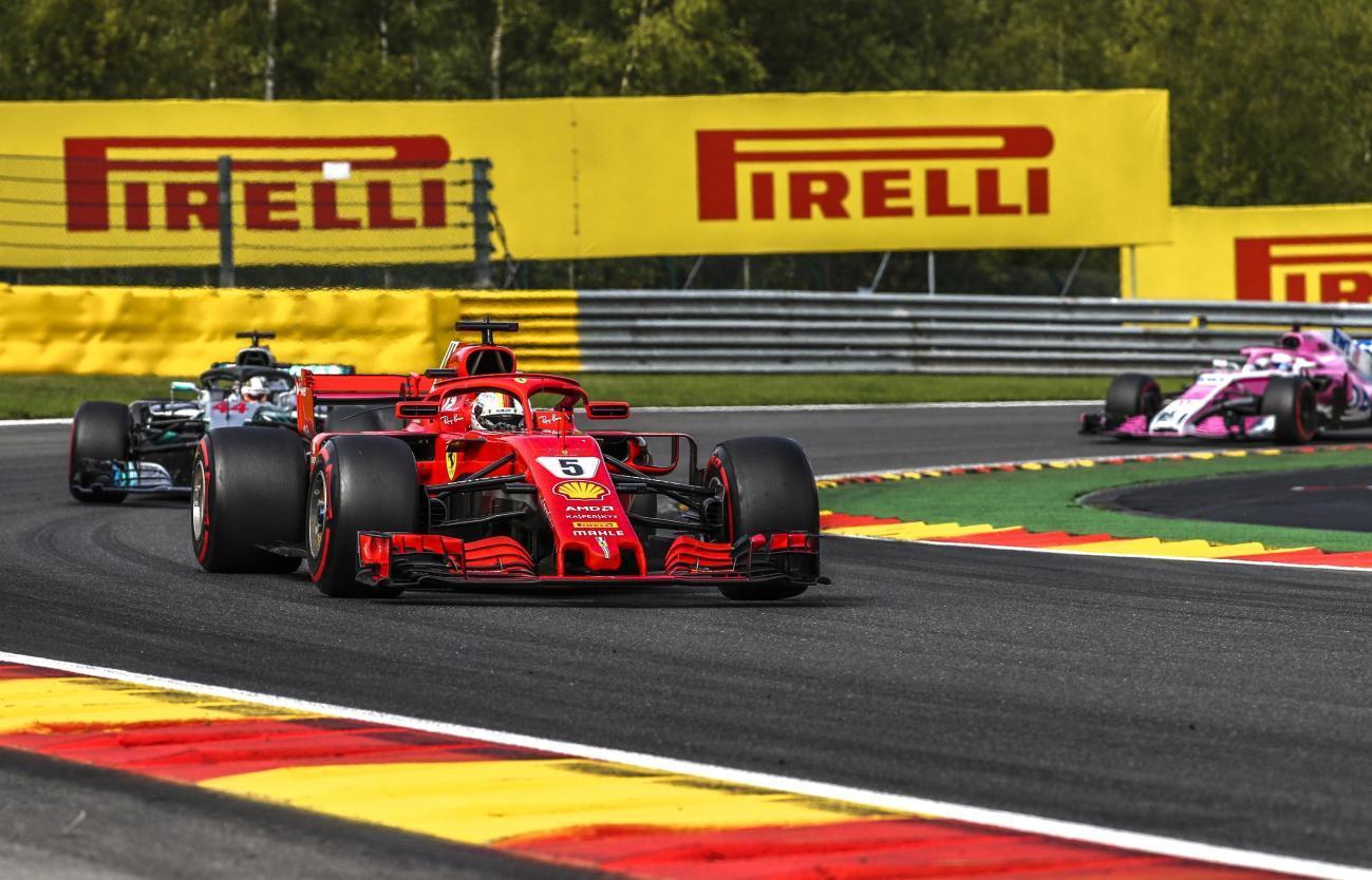 Sebastian Vettel vince il GP del Belgio e riporta la Ferrari sul gradino più alto del podio di Spa dopo 9 anni. Il tedesco ha sfruttato al meglio la potenza della sua Rossa per infilare Hamilton poco dopo il via ed è stato eccezionale nel tenerselo alle spalle fino alla bandiera a scacchi. Seb accorcia in classifica ed è ora a - 17 da Lewis a una settimana dal GP di Monza. Sul podio anche Verstappen, ritiro per Raikkonen e Ricciardo.<br /><br />