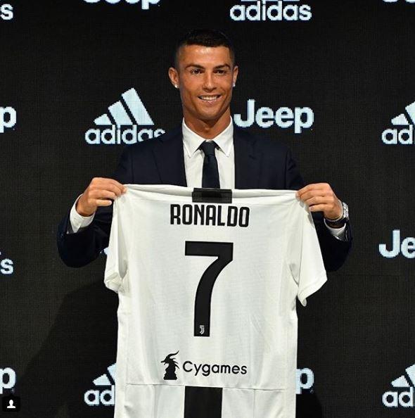 16 luglio - Conferenza stampa di presentazione per Cristiano Ronaldo, che mostra la sua maglia della Juve numero 7