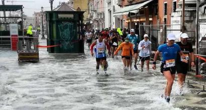 Pioggia, vento e acqua alta: la maratona di Venezia all'etiope Mekuant Ayenew Gebre