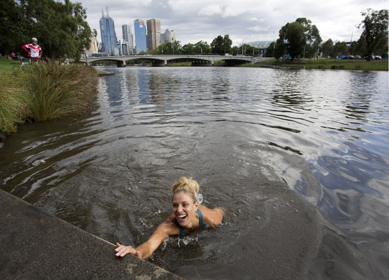 Angelique Kerber festeggia nel fiume