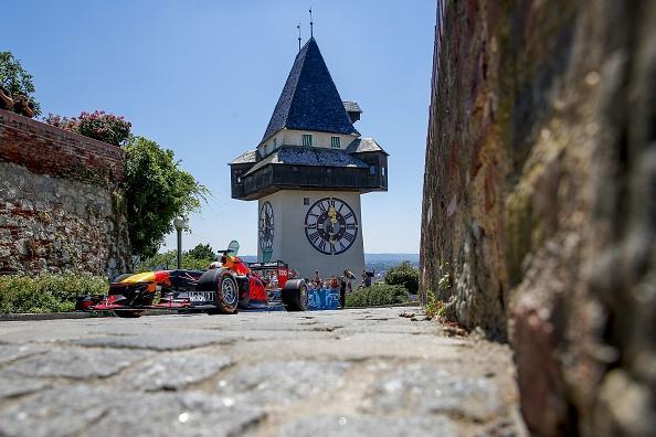 Verstappen si è reso protagonista di una specie di cronoscalata che dal centro di Graz porta al castello di Schlossberg