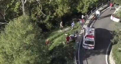 Giro di Lombardia, paura per De Plus: cade e vola oltre il guard-rail
