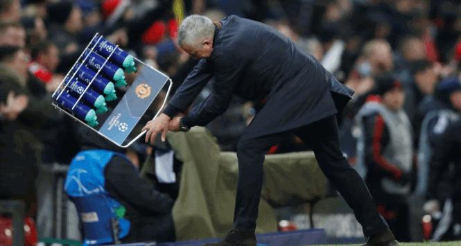 Mourinho, borracce scaraventate a terra dopo il gol di Fellaini