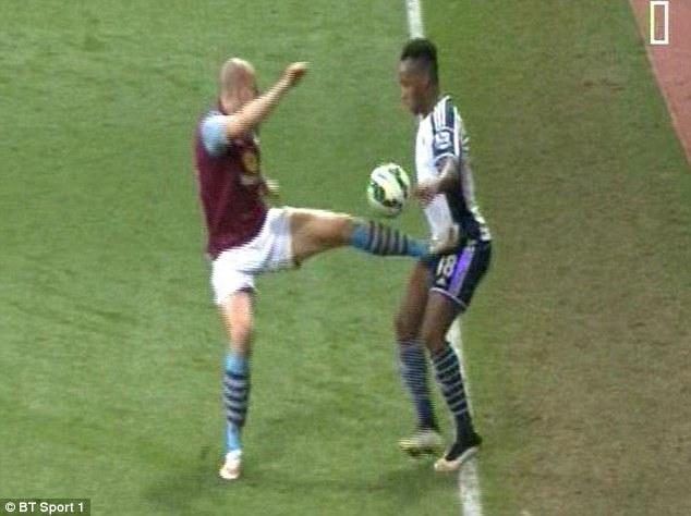 Il difensore Alan Hutton colpisce nelle parti bassi l'avversario